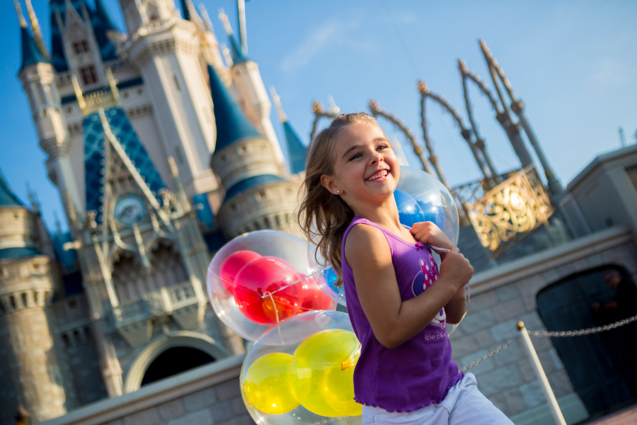 child-in-front-of-cinderellas-castle-magic-kingdom